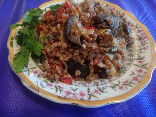 Гречка с овощами в сковородке